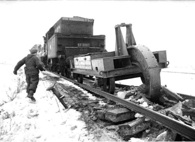 Schienenwolf - рельсовый волк, который использовался нацистами для разрушения советских железных дорог, СССР, 1945 год.