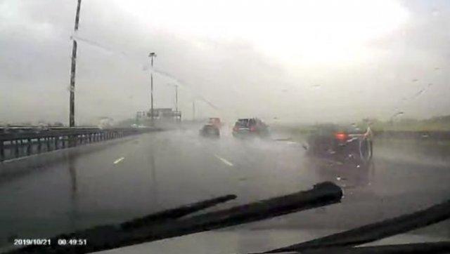Водителю внедорожника удалось вытащить машину из сильнейшего заноса на мокрой трассе