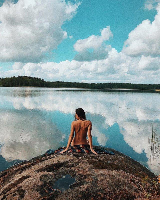 Девушка Кирилла Нагиева Юлия Мельникова сидит голая на скале напротив озера