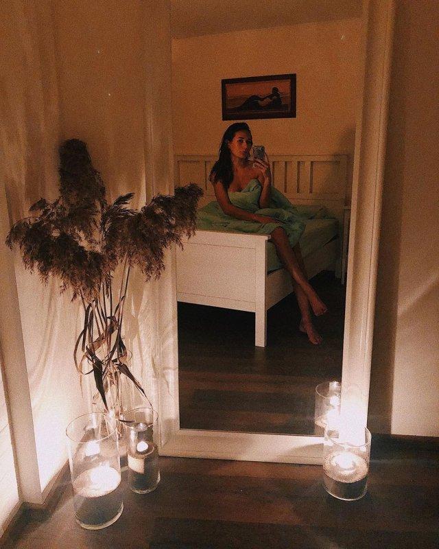 Девушка Кирилла Нагиева Юлия Мельникова фотографируется в зеркале в спальне