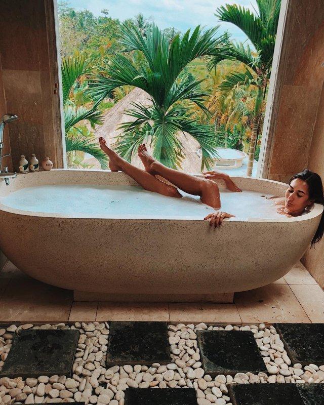 Девушка Кирилла Нагиева Юлия Мельникова лежит в ванной на фоне пальмы
