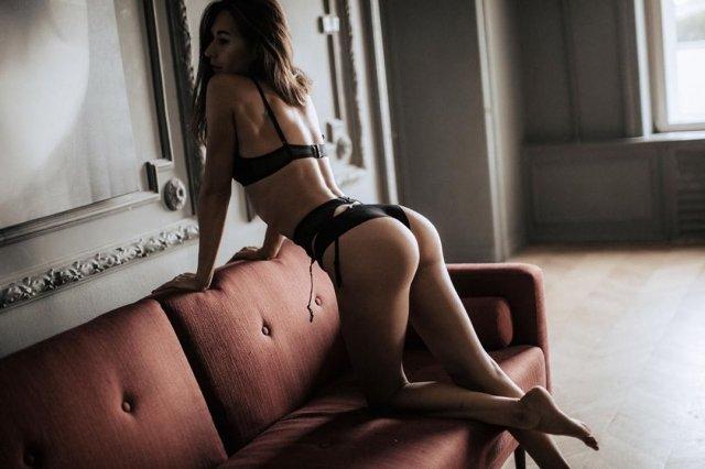 Девушка Кирилла Нагиева Юлия Мельникова в черном нижнем белье на диване