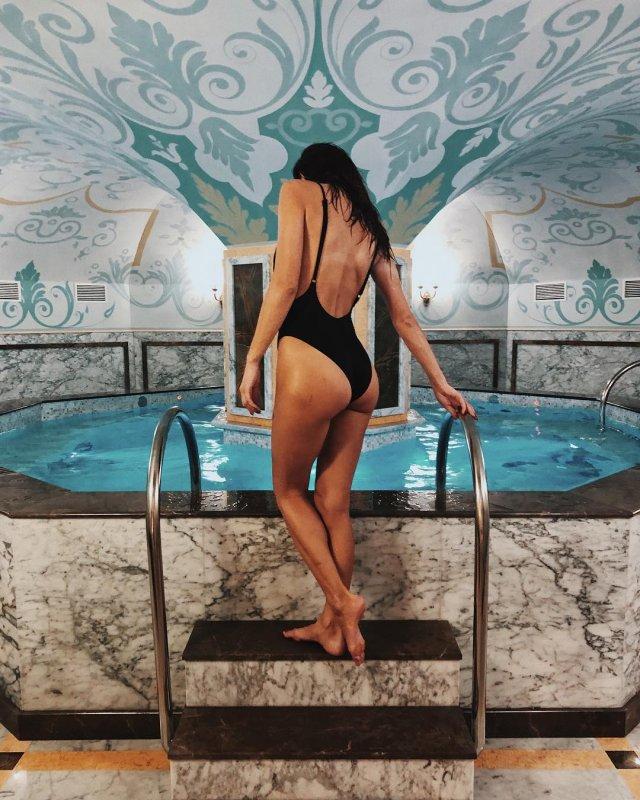 Девушка Кирилла Нагиева Юлия Мельникова в черном купальнике позирует в бассейне