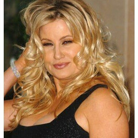 Дженнифер Кулидж - легендарная мама Стифлера в черном платье и блондинистыми волосами