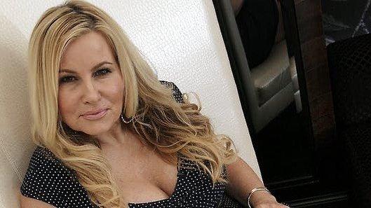 Дженнифер Кулидж - легендарная мама Стифлера в платье