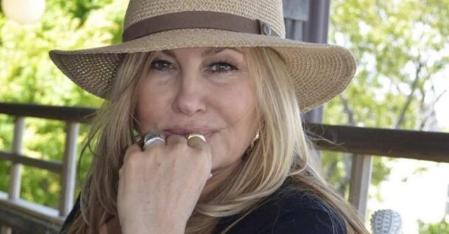 Дженнифер Кулидж - легендарная мама Стифлера в шляпе на природе