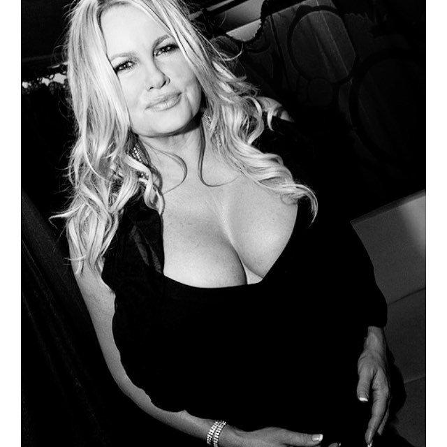 Дженнифер Кулидж - легендарная мама Стифлера в черном платье с глубоким декольте