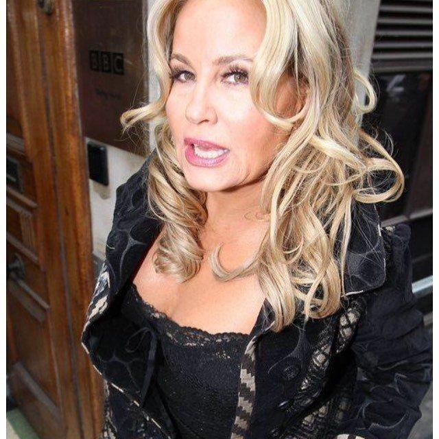 Дженнифер Кулидж - легендарная мама Стифлера в черной одежде и локонах