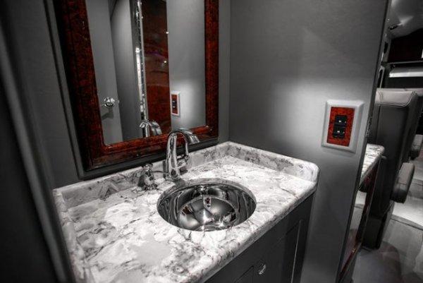 Миниатюрная ванная комната с мраморными стойками