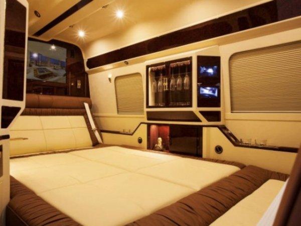 Телевизор в спальне фургона