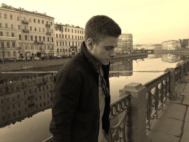 Егор Крючков - хакер, который пытался взломать завод Tesla Илона Маска в черной куртке на набережной в Петербурге