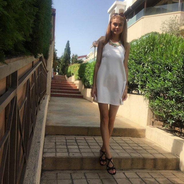 Мая Коноваленко (Nancy Ace) в белом платье на лестнице