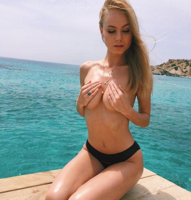 Мая Коноваленко (Nancy Ace) прикрывает грудь на фоне моря