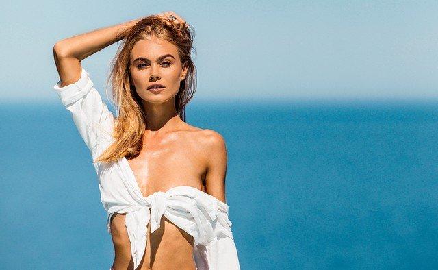 Мая Коноваленко (Nancy Ace) в белой рубашке на берегу моря