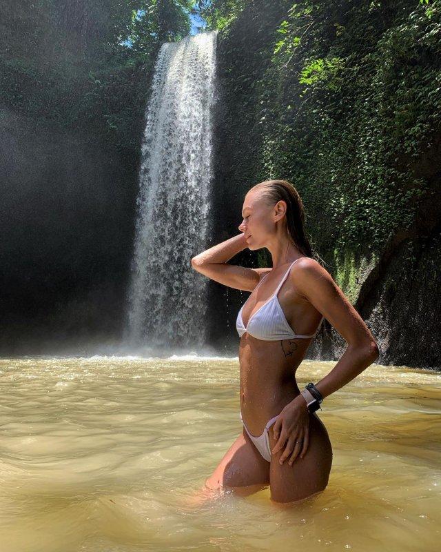 Мая Коноваленко (Nancy Ace) в белом купальнике на фоне водопада