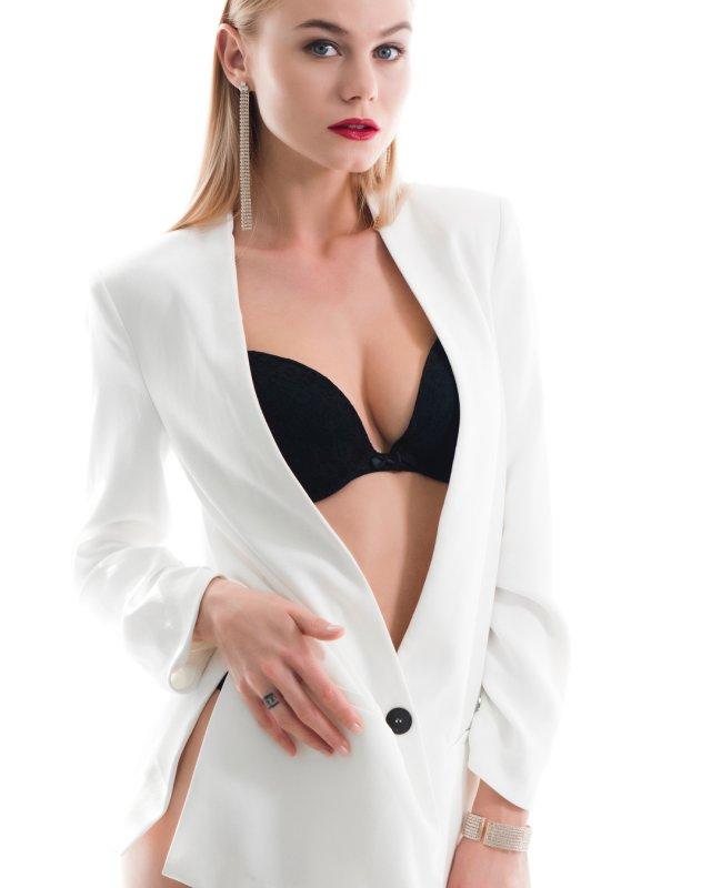 Мая Коноваленко (Nancy Ace) в белом пиджаке и черном нижнем белье