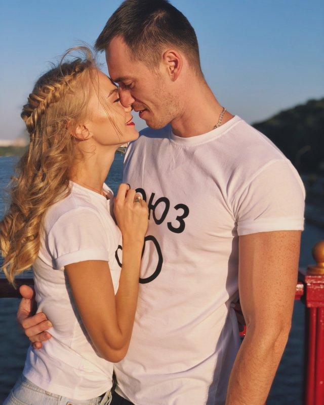 Мая Коноваленко (Nancy Ace) с мужем Мартином Стайном в белых футболках