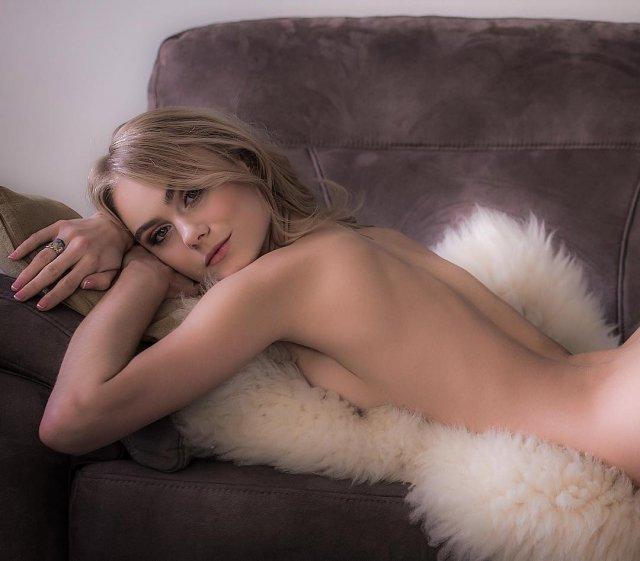 Мая Коноваленко (Nancy Ace) обнаженная лежит на велюровом диване