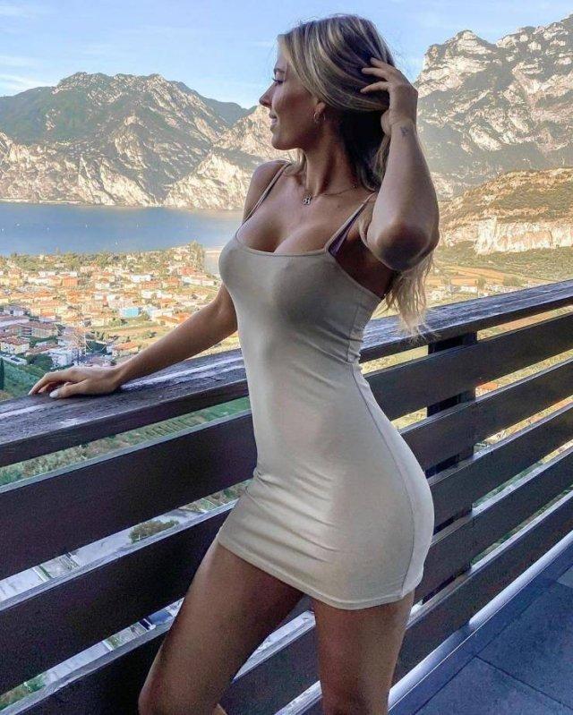 девушка в обтягивающем платье