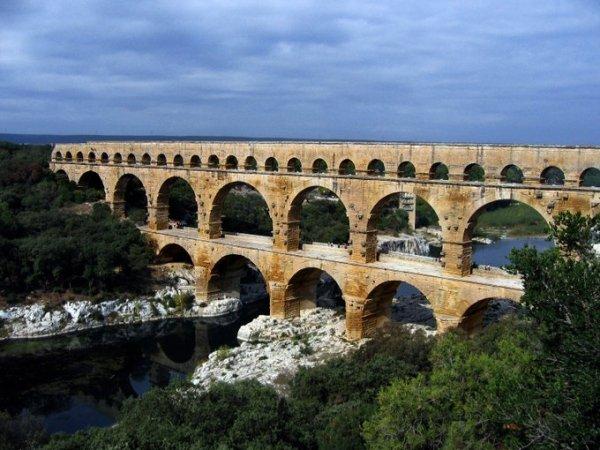 Мост-акведук Пон-дю-Гар на юге Франции