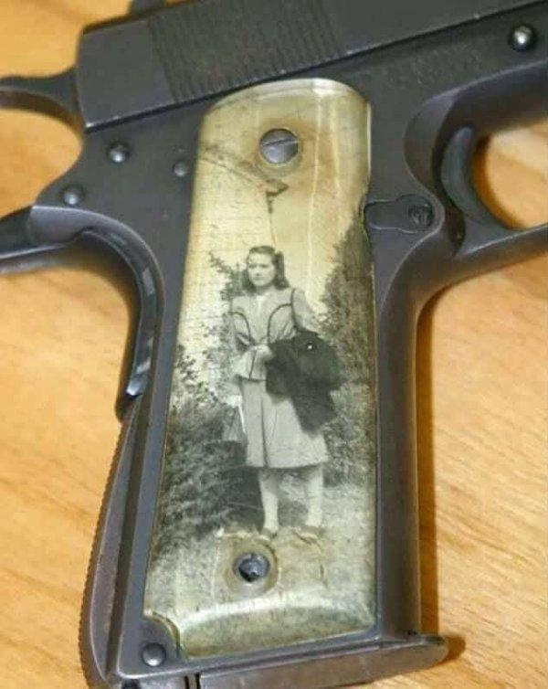 Фотография в рукояти пистолета