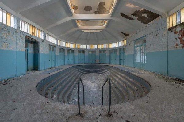 Заброшенный спа-салон где-то во Франции