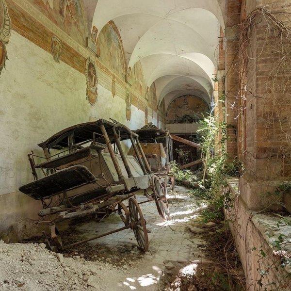 Старые катафалки в окинутом монастыре в Италии