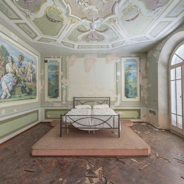 Спальня в опустевшем доме в Италии