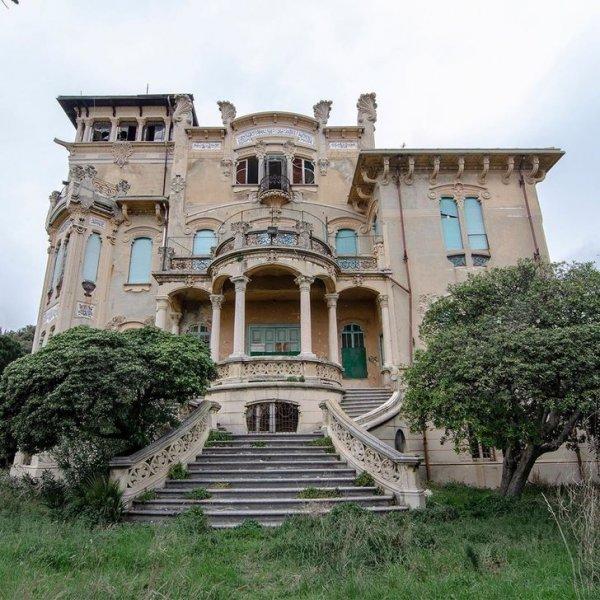 Красивое здание в стиле модерн с видом на море