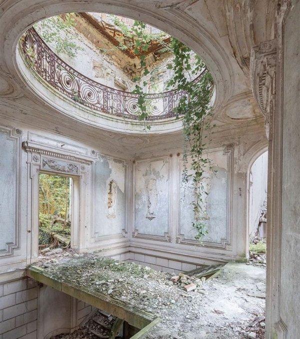 Замок XIX века всеми покинут уже несколько лет