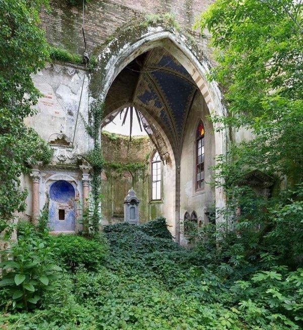 Церковь с зеленым ковром