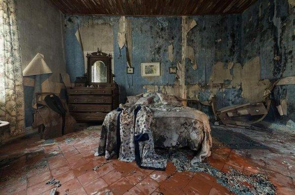 Мрачная спальня