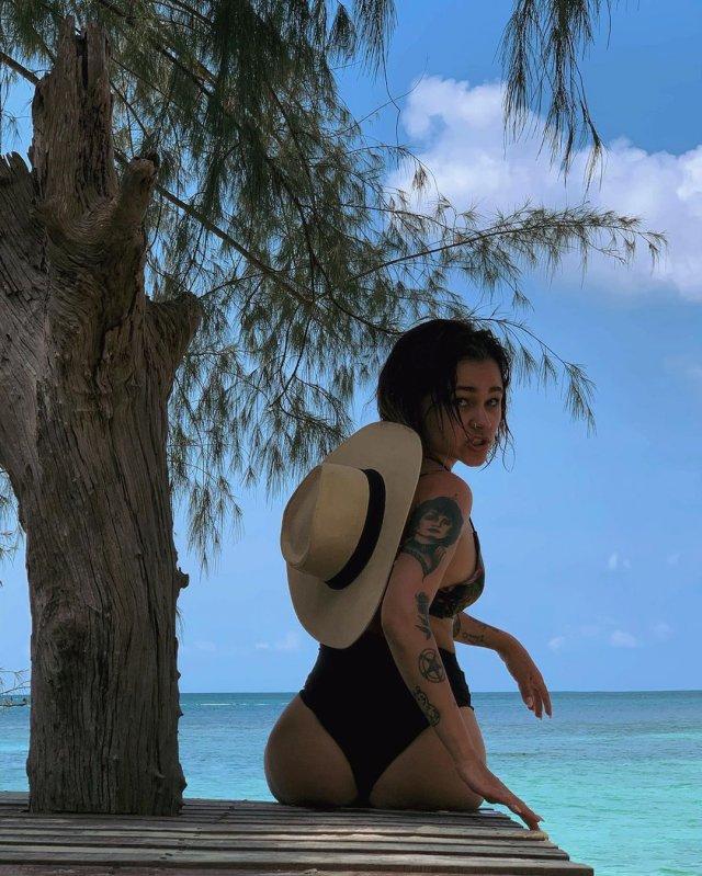 Ирина Смелая (Tatarka)  в черном купальнике на море около дерева