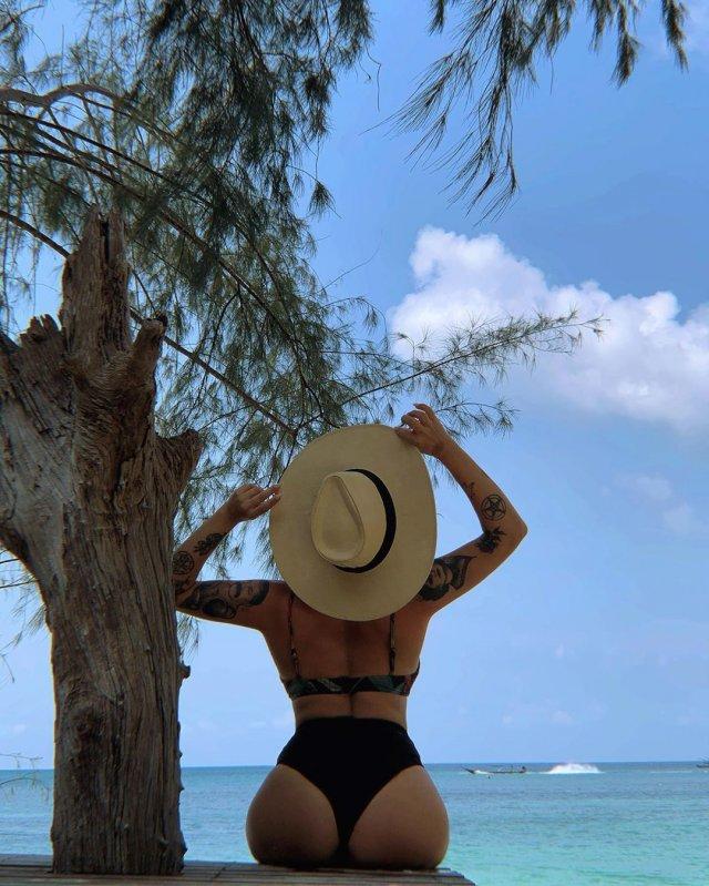 Ирина Смелая (Tatarka)  в черном купальнике со шляпой на море около дерева