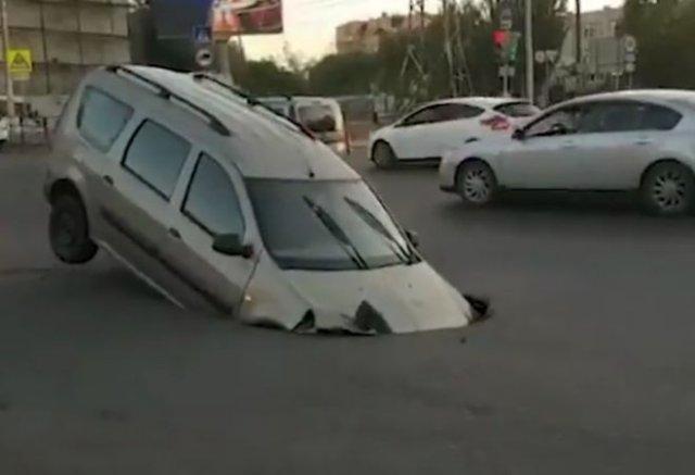 В Астрахани машина ушла под землю