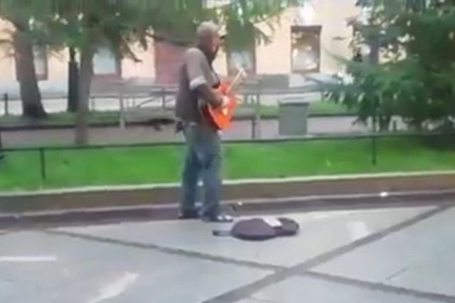 """Необычный и """"талантливый"""" уличный музыкант"""