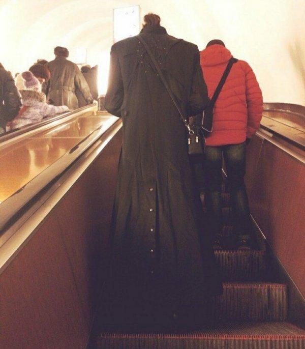 Мужчина в длинном пальто