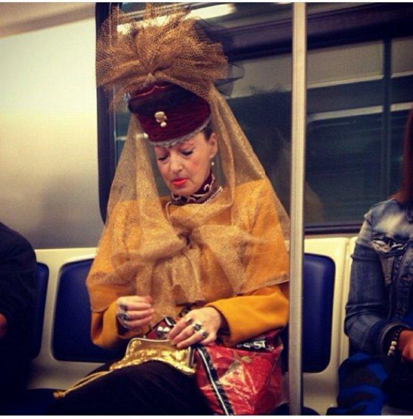 Женщина в очень ярком наряде