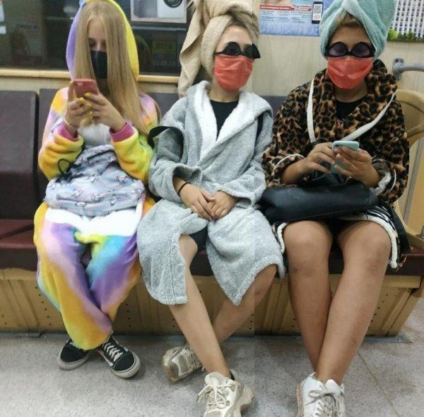 Девушки в халатах и масках