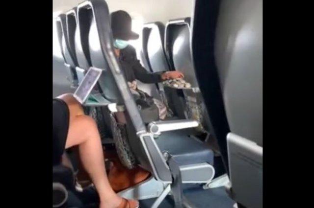 Очень странная пассажирка в самолете, взявшая на борт камни