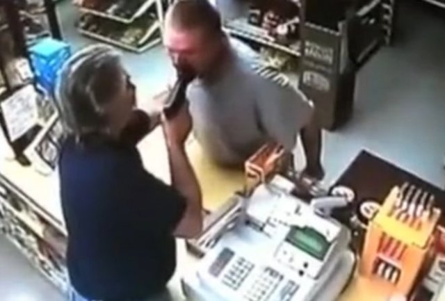 Защитил магазин, приставив пистолет к лицу вооруженного грабителя