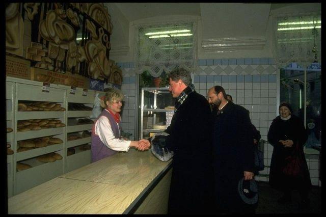 Президент США Билл Клинтон в хлебном магазине. Москва, 14 января 1994 года.