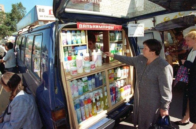 Мобильная торговая лавка на улицах Владивостока. 1997 год.