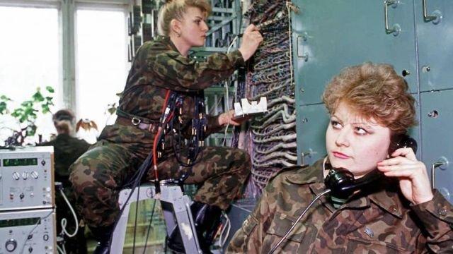Связистки из части в Медвежьих Озерах, что в Подмосковье, заняты работой, 1994 год.