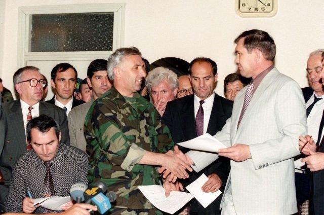 Начальник Генштаба Вооруженных сил Чечни Аслан Масхадов и Председатель Совбеза России Александр Лебедь