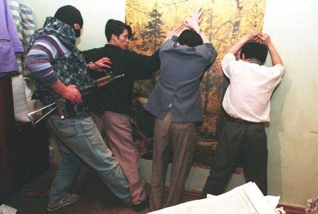 Обыск трех вьетнамских торговцев золотом