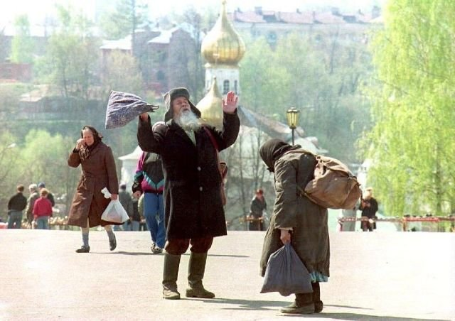 Двое нищих приветствуют друг друга на улице Сергиева Посада