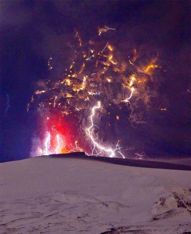 электрический шторм в облаке пепла при извержении вулкана
