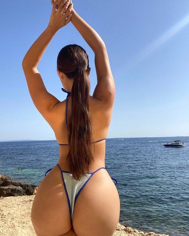 Деми Роуз на фоне катера