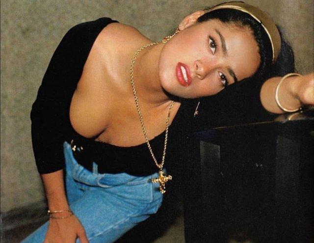 Сальма Хайек в черной кофте с декольте и джинсах